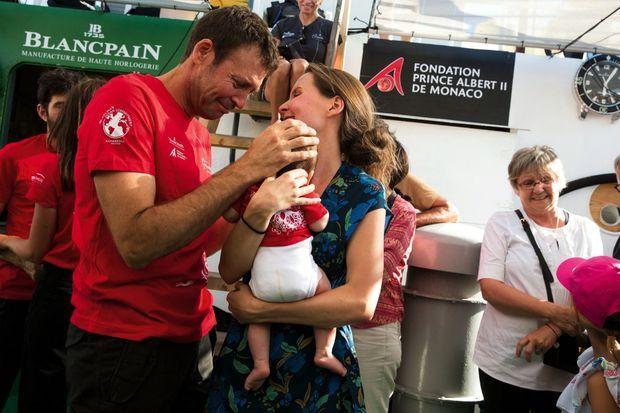 Retrouvailles de Laurent Ballesta avec Eléa, 2 mois, et son épouse, Caroline. « J'avais sous-estimé ce retour sur terre, c'est plus émouvant que prévu. »