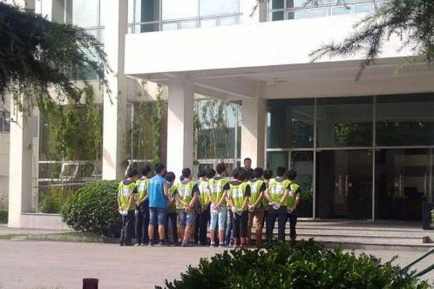 Des ouvriers assistent à une réunion non-rémunérée, à l'extérieur de l'usine Avy Precision Electroplating à Suzhou.