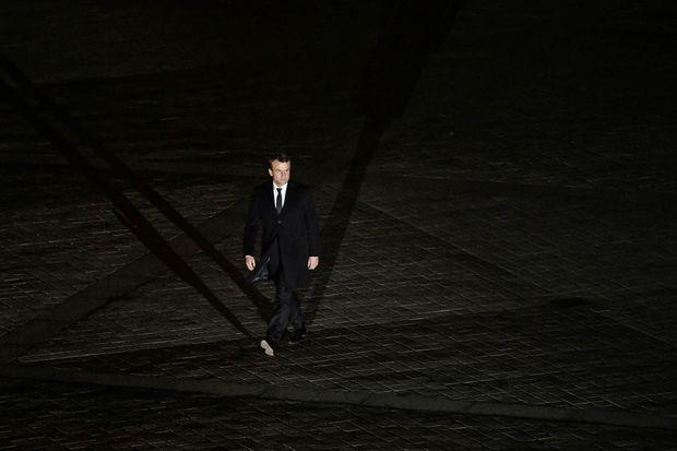 Emmanuel Macron marche dans la cour du Louvre.