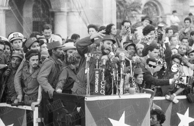 Fidel Castro à la tribune, lors de la révolution cubaine, photographiée à La Havane en janvier 1959 par Daniel Camus de Paris Match.