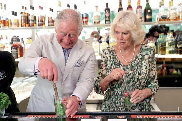 Rhum, sirop de canne, citron vert et menthe fraîche… Bon prince, Charles mixe lui-même les mojitos pour trinquer avec sa belle au Habanera, un restaurant privé, le 27 mars.