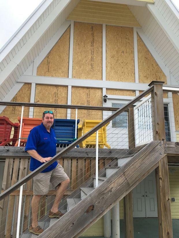 Richard Champony devant sa villa de Carolina Beach qu'il vient de calfeutrer.