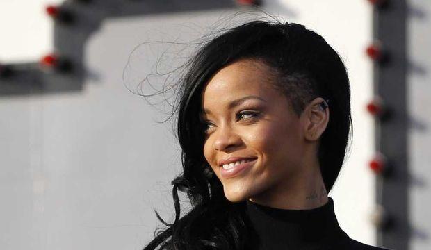 Rihanna cheveux noirs et crâne légèrement rasé-
