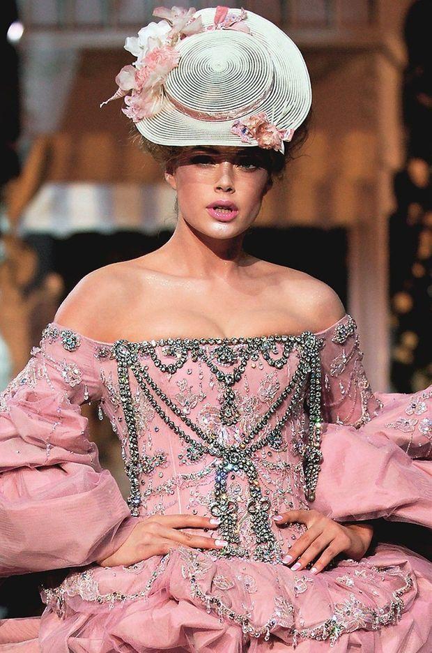 Détail de la robe de John Galliano inspirée du collier de la Reine (collection Christian Dior Haute-Couture automne-hiver 2007-2008)