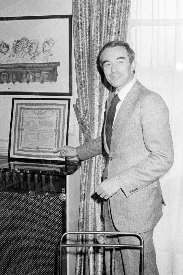 Robert Badinter dans son bureau, devant une édition ancienne de la Déclaration des droits et des devoirs de l'homme et du citoyen, en janvier 1977.