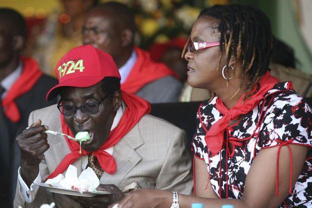 Le président du Zimbabwe Robert Mugabe dégustant son gâteau pour son 89ème anniversaire, en mars 2013.