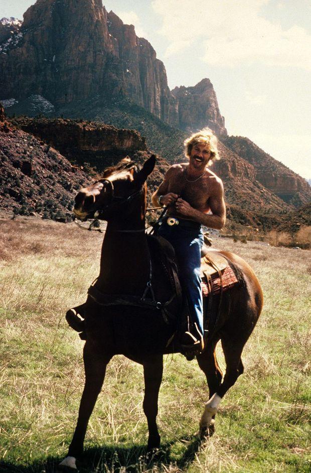 Robert Redford sur le tournage du film Le Cavalier électrique (The Electric Horseman) de Sidney Pollack, dans l'Utah, en mars 1979.