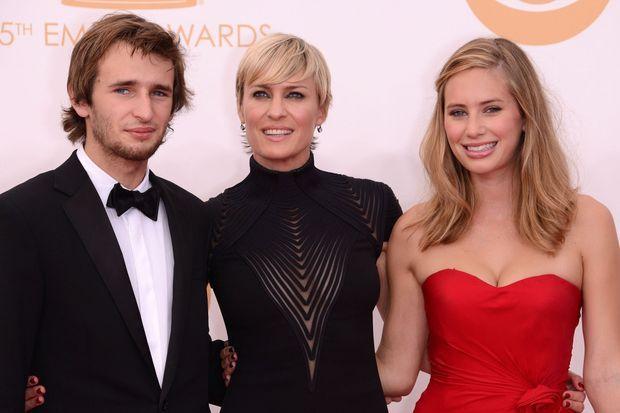 Robin Wright et ses deux enfants, Hopper et Dylan, aux Emmy Awards 2013.