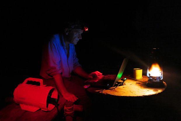Sur son île déserte, Gauthier garde un cadence de cadre et travaille même de nuit.