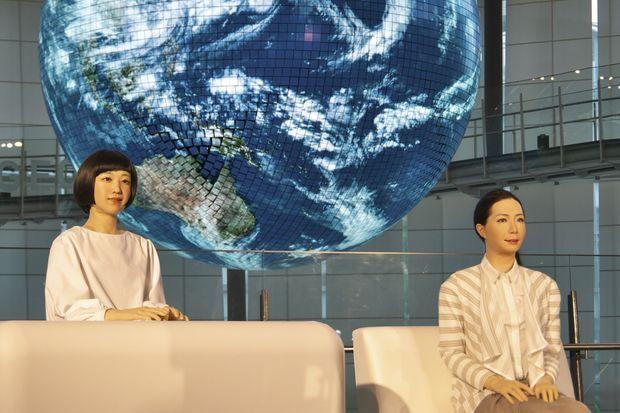 A côté de Kodomoroid, Otonaroid, toutes deux créées par le roboticien Hiroshi Ishiguro.