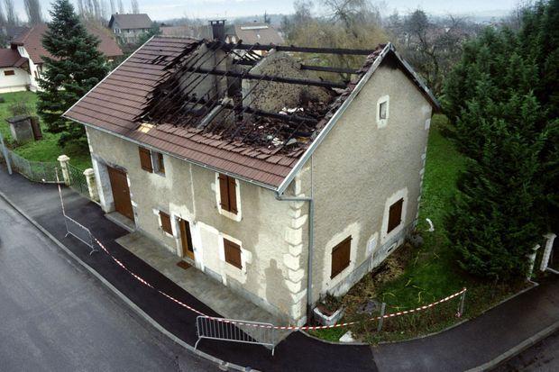 La maison incendié de la famille Romand, à Prévessin-Moëns, dans l'Ain, trois jours après les meurtres.