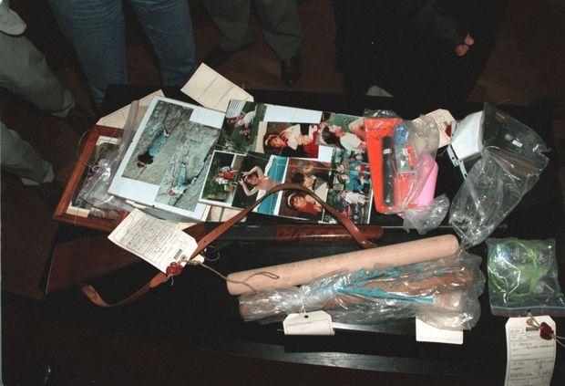 Des preuves, dont le fusil du crime, lors du procès de Jean-Claude Romand, en 1996.