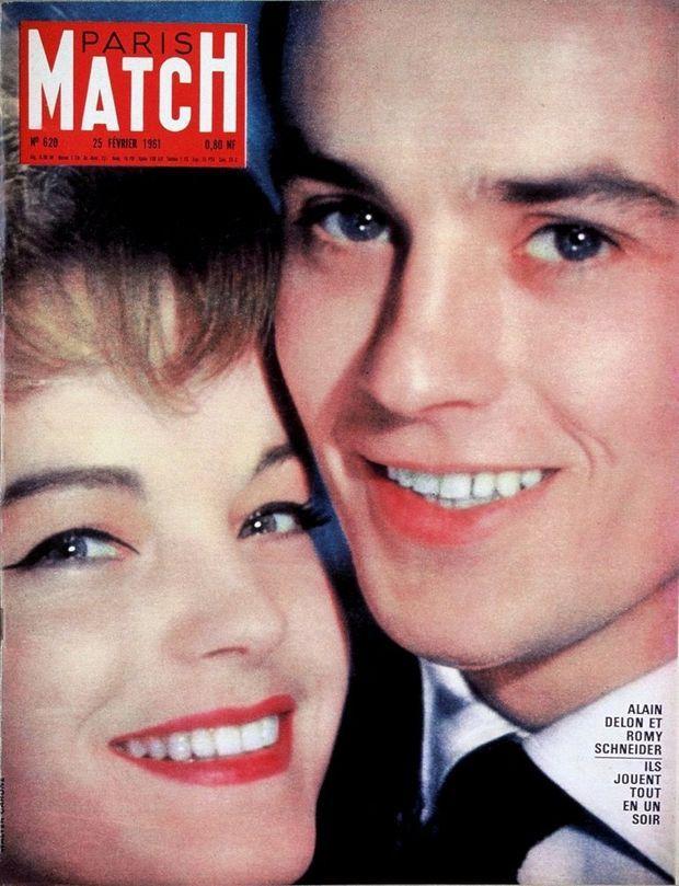 « Alain Delon et Romy Schneider. Ils jouent tout en un soir» - Couverture de Paris Match n°620, daté du 25 février 1961.