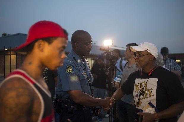 Dans les rues de Ferguson, Ron Johnson va à la rencontre d'une communauté en colère.