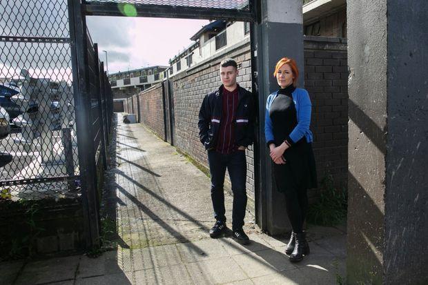 Rossa (à g.) et Julieann, descendants de manifestants catholiques pacifiques tués lors du « dimanche sanglant », en 1972, à Derry.