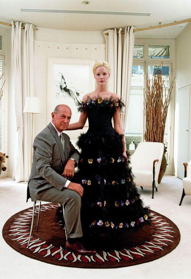 Dans un salon de la boutique Balmain, en 2000, il présente une robe aux broderies inspirées de la culture maya.