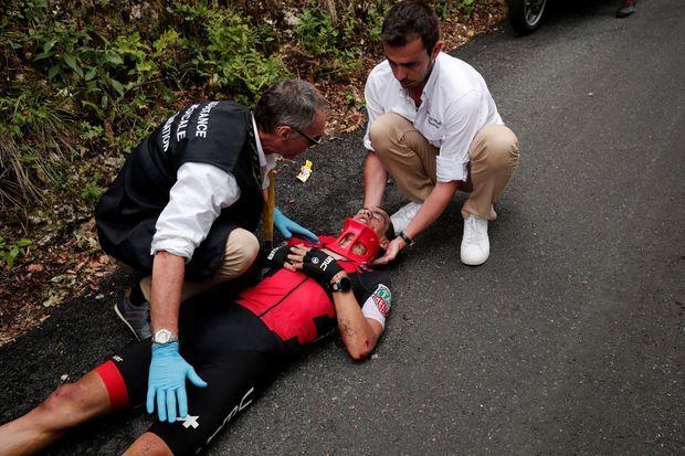 Richie Porte, secouru sur la route du Tour.