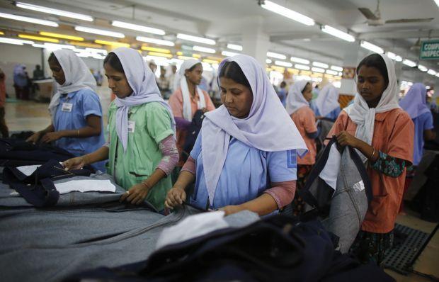 Des ouvrières qui travaillent dans une usine voisine du Rana Plaza.