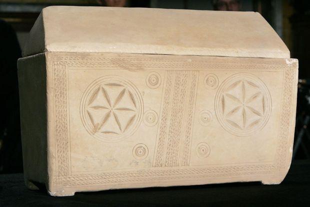 L'une des urnes découvertes dans la chambre funéraire de Talpiot. Celle-ci contiendrait les restes de Marie-Madeleine, épouse supposée de Jésus.