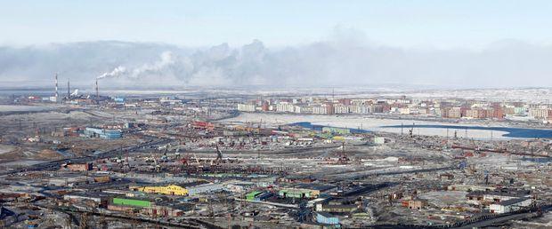 Les usines Norilsk Nickel, en haut à gauche. Toute la zone est écrasée par la pollution toxique.