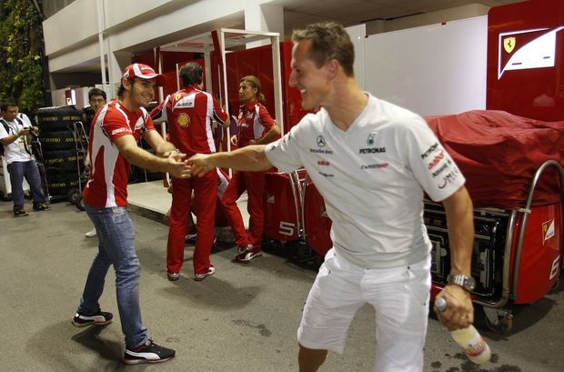 En septembre 2011, Jules Bianchi, alors pilote d'essai chez Ferrari, échange une poignée de main chaleureuse avec Michael Schumacher.
