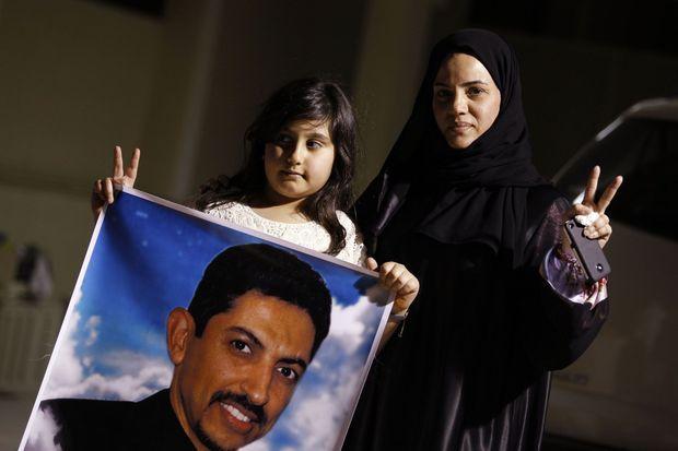 Sa fille et sa femme appelant à la libération de Nabeel, en mai 2012, devant leur maison de Bani Jamra, à l'ouest de Manama.