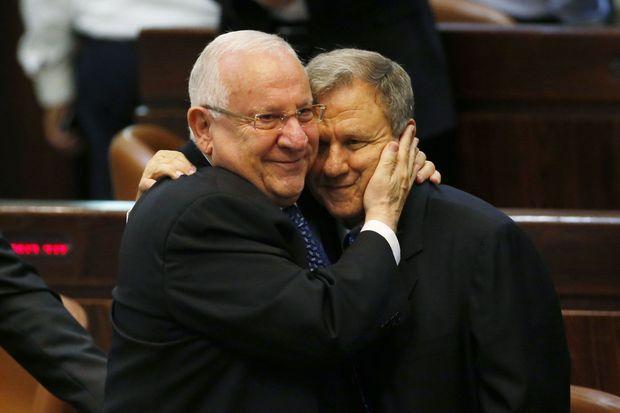Reuven Rivlin et Meir Sheetrit se félicitant mutuellement.