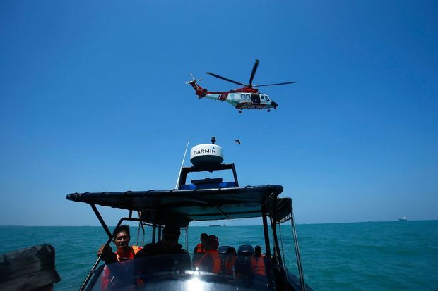 Cinq navires et un hélicopère ont été demandés pour rechercher les 32 disparus.