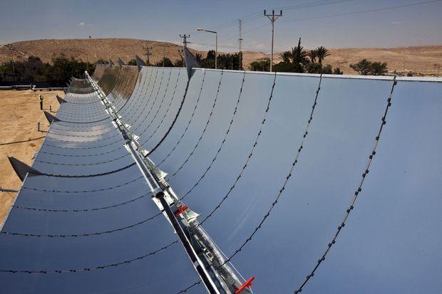 Les miroirs paraboliques de la centrale Noor 1.