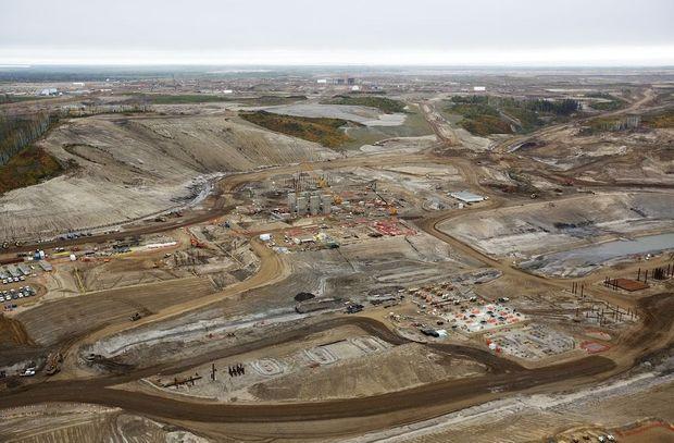 Les mines à ciel ouvert elles gangrènent la forêt boréale de l'Alberta où elles se succèdent le long de la rivière Athabasca, près de Fort McMurray. Les déchets toxiques sont stockés dans des étangs.