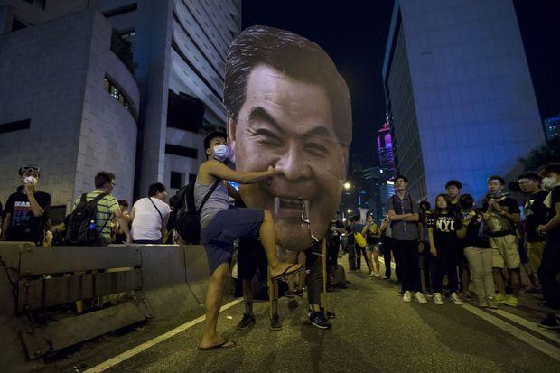 Les manifestants réclament la démission de Leung Chun-ying.