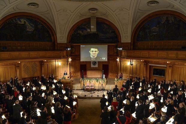 Le 1er décembre 2014, Edward Snowden témoigne depuis Moscou devant le Parlement suédois.