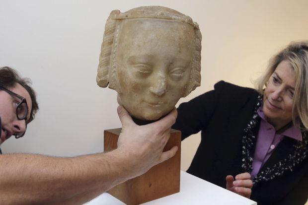 L'experte de la vente Laurence Fligny, ici avec son assistant, pense qu'il peut s'agir de la tête du gisant de Jeanne de Bourbon