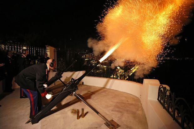 42 coups de canon pour célébrer la double naissance.