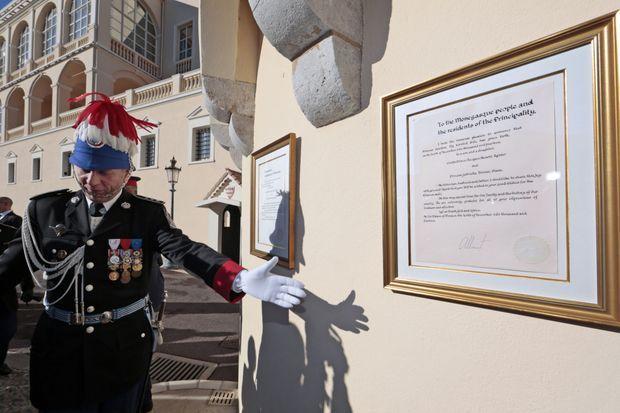 La proclamation officielle de la naissance de Jacques et Gabriela affichée devant le palais.