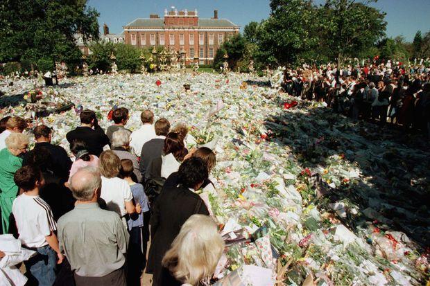 Des fleurs recouvrent toute la pelouse devant le Palais de Kensington à Londres le 4 septembre 1997, deux jours avant les funérailles de Lady Diana