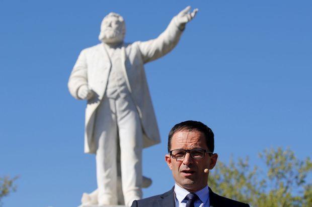 Benoit Hamon devant la statue de Jean Jaurès à Carmaux, le 21 avril.
