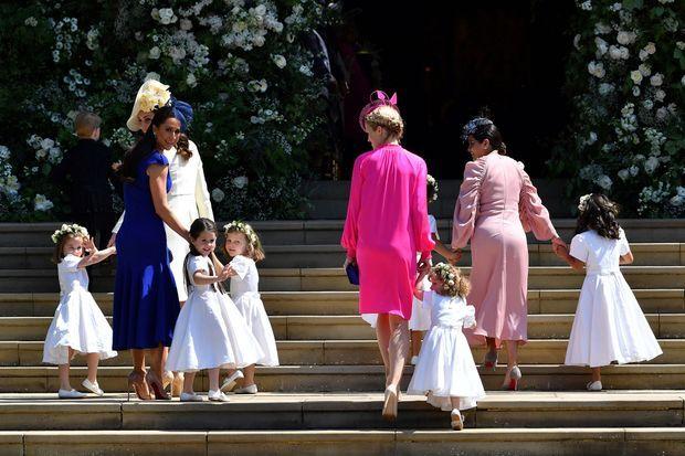 Jessica Mulroney (en robe bleue à gauche) avec sa fille Isabel au mariage de Meghan et Harry en mai 2018