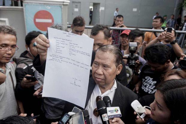 L'avocat de Freddie Budiman brandissant sa pétition.