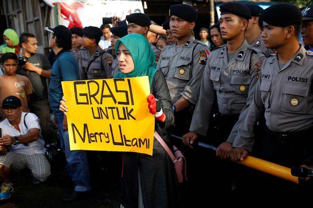 Une manifestante demande également la grâce de Merri Utami, arrêtée en 2002 à l'aéroport international Soekarno-Hatta alors qu'elle pour transportait 1,1 kg d'héroïne.
