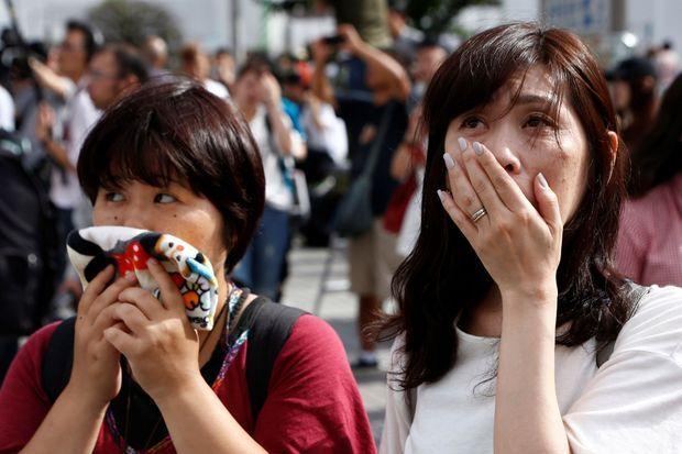 La réaction de deux Japonaises regardant l'intervention télévisée de l'empereur Akihito à Tokyo, le 8 août 2016