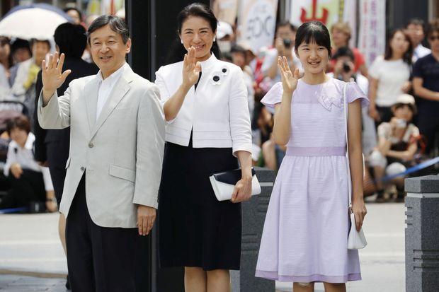 Le prince Naruhito du Japon et les princesses Masako et Aiko à la gare de Matsumoto, le 10 août 2016