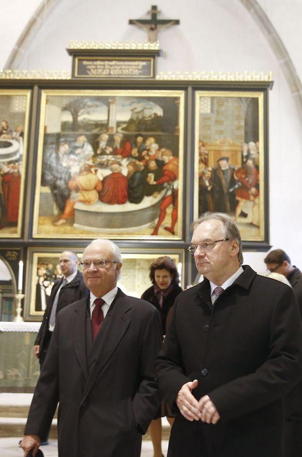 Le roi Carl XVI Gustaf devant le retable de Cranach L'Ancien à Wittenberg, le 8 octobre 2016