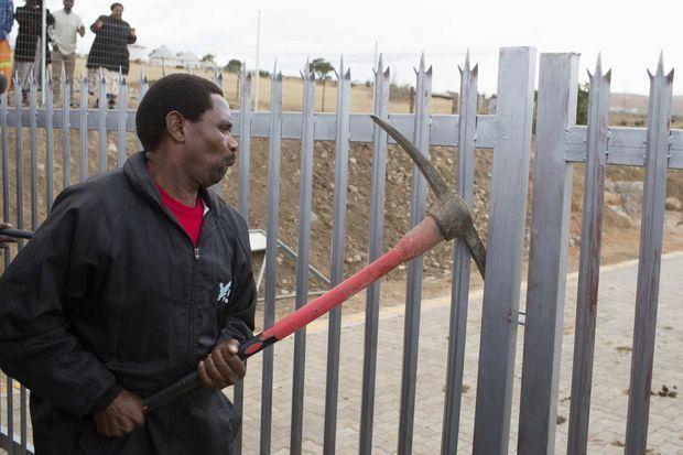 Les portes de la propriété de Mandla Mandela ont été forcées suite à la décision de justice.