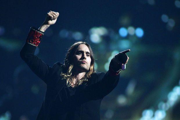 Jared chante avec son groupe lors du IHEART Festival 2013