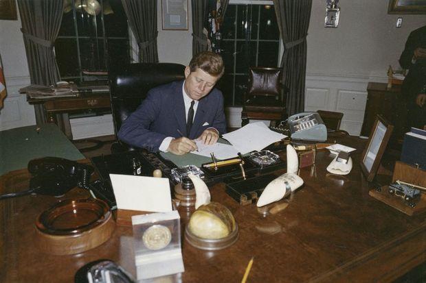 Le président Kennedy dans son bureau de la Maison Blanche, en octobre 1962.