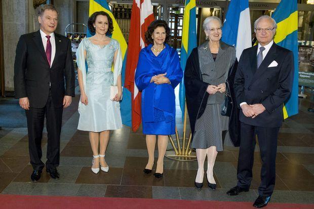La reine Margrethe II de Danemark encadrée de la reine Silvia et du roi Carl XVI Gustaf de Suède. À gauche, le président finlandais et son épouse.
