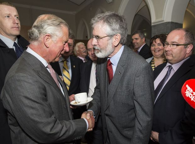 36 ans après l'attentat de l'IRA qui a coûté la vie à Lord Mountbatten, la poignée de main historique, le 19 mai 2015 à Galway, entre son petit-neveu, le prince Charles, et Gerry Adams, le leader indépendantiste.