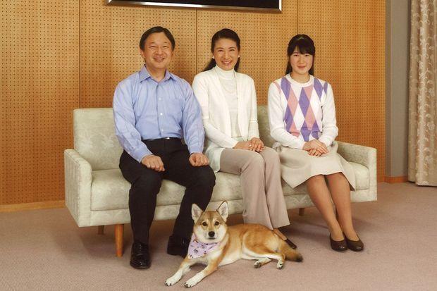 La princesse Masako avec son mari Naruhito, sa fille Aiko et leur chien Youri à Tokyo, le 28 novembre 2015