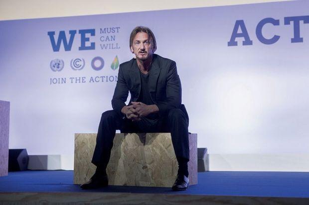 Le 5 décembre, au Bourget. Sean Penn présente l'action de son ONG en Haïti.